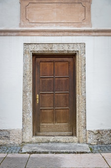 Vecchia porta di legno in costruzione bianca in europa