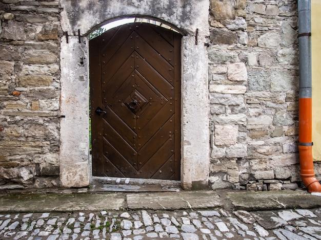 Vecchia porta in un primo piano della parete di pietra.
