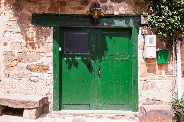 Vecchia porta verde di una casa spagnola
