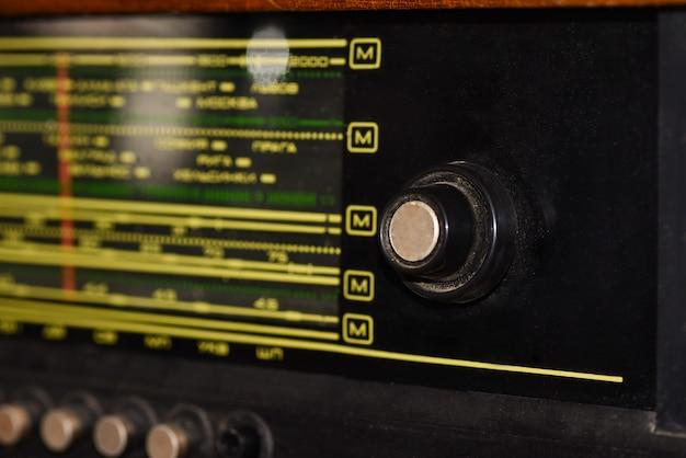 Vecchia radio sovietica con frequenze per l'ascolto di spyware, primo piano