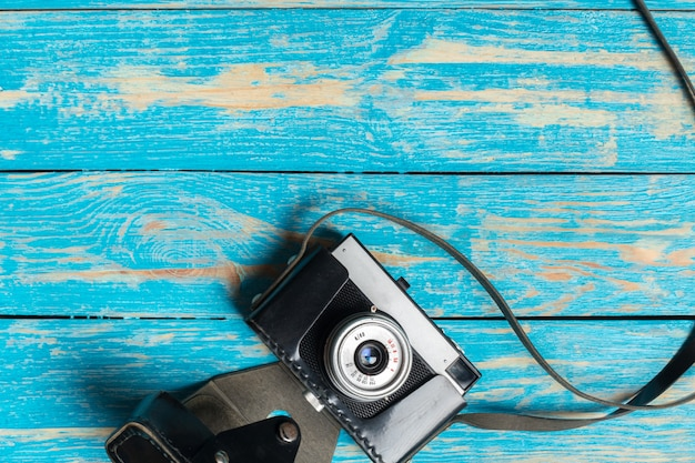 Vecchia retro macchina fotografica sul fondo di legno della tavola