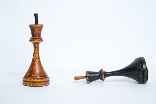 Vecchia scacchiera con pezzi di legno.