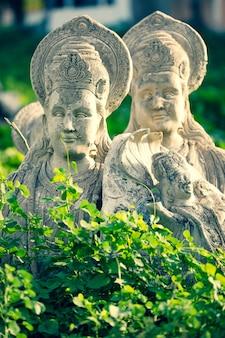Vecchia scultura della dea durga realizzata in gesso di parigi