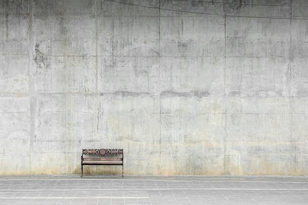 Vecchia sedia di legno in città.