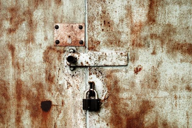 Vecchia serratura arrugginita sulla porta