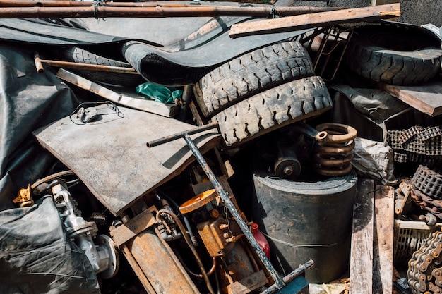 Vecchia spazzatura arrugginita e immondizia di acciaio e gomma