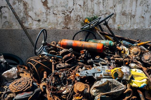 Vecchia spazzatura arrugginita e spazzatura d'acciaio