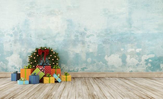 Vecchia stanza con decorazioni natalizie sul pavimento in legno