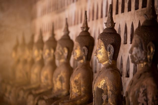 Vecchia statua del buddha in wat sisaket, laos