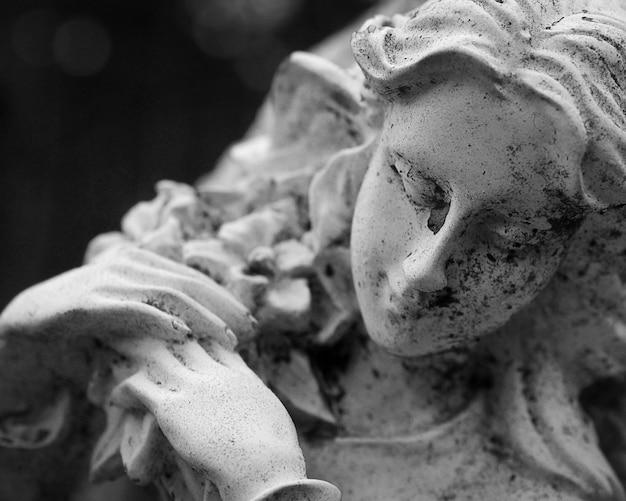 Vecchia statua di una donna