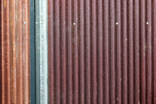 Vecchia struttura arrugginita della parete dello zinco
