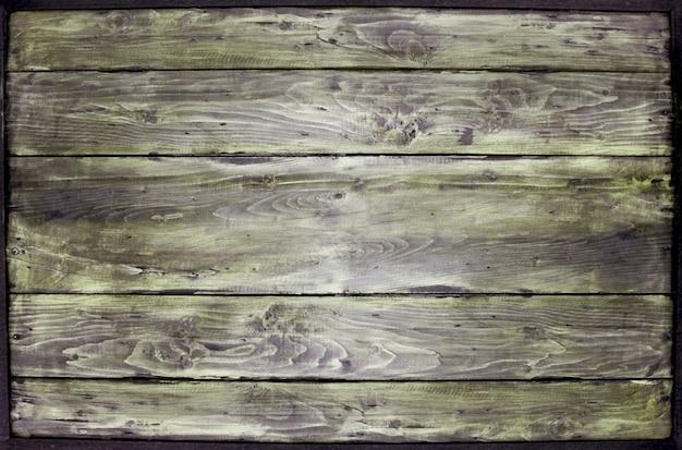 Vecchia struttura di legno con la struttura d'acciaio separata da fondo bianco.