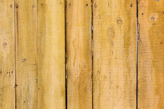 Vecchia struttura di legno dipinta giallo