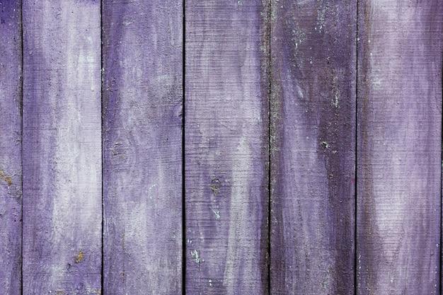 Vecchia struttura di legno dipinta viola