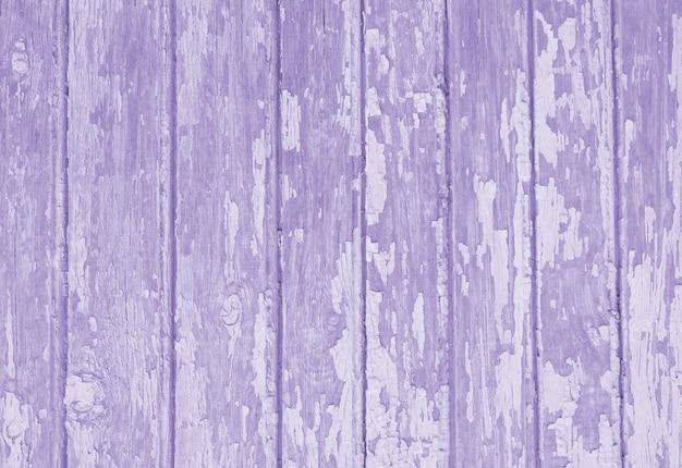 Vecchia struttura di legno modificata nel colore viola.