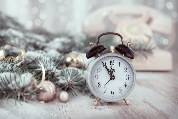 Vecchia sveglia che mostra cinque a mezzanotte. felice anno nuovo!
