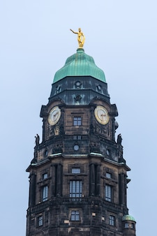 Vecchia torre churh con orologio a dresda, sassonia, germania