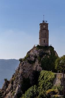 Vecchia torre con orologio