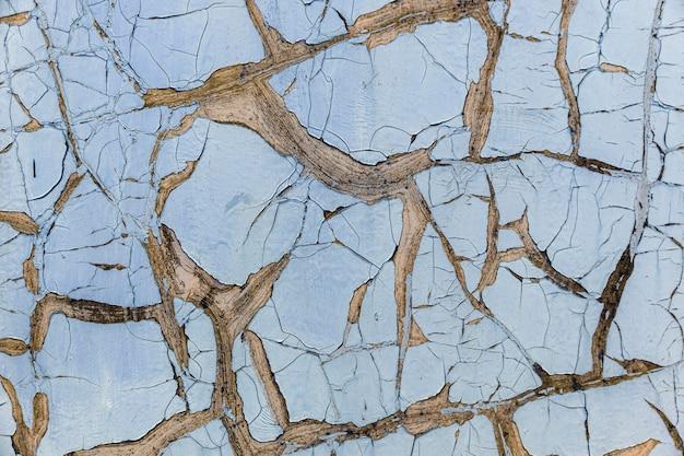 Vecchia vernice blu della sbucciatura sulla struttura della parete