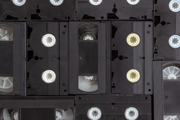 Vecchia videocassetta su fondo di legno nero. vista dall'alto