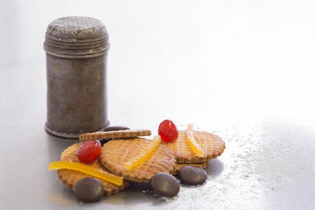 Vecchia zuccheriera in metallo con biscotti, tutta irregolare