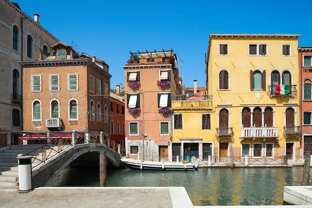 Vecchie case e ponte sul canal de cannaregio a venezia