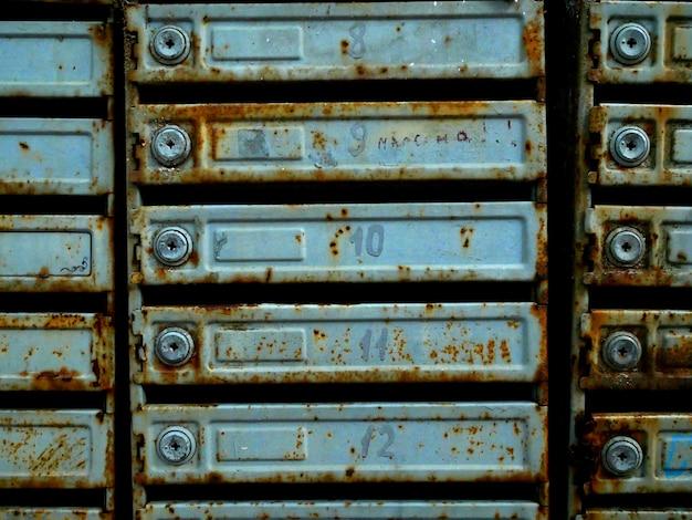 Vecchie cassette postali in un condominio. ruggine e consistenza