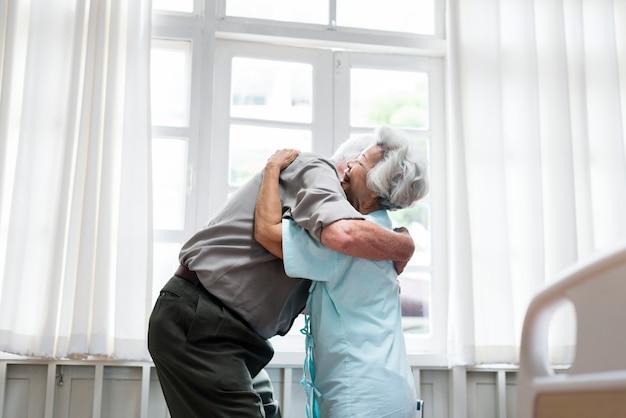 Vecchie coppie che si abbracciano