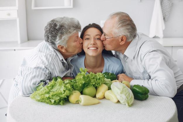 Vecchie coppie in una cucina con la giovane nipote
