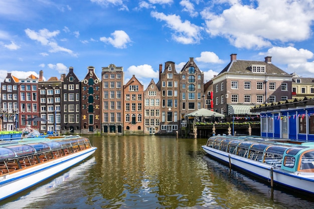 Vecchie costruzioni tradizionali variopinte nel giorno del sole a amsterdam