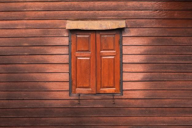 Vecchie finestre sulla parete di legno