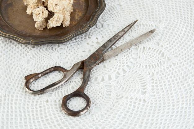 Vecchie forbici vintage e piastra metallica vintage