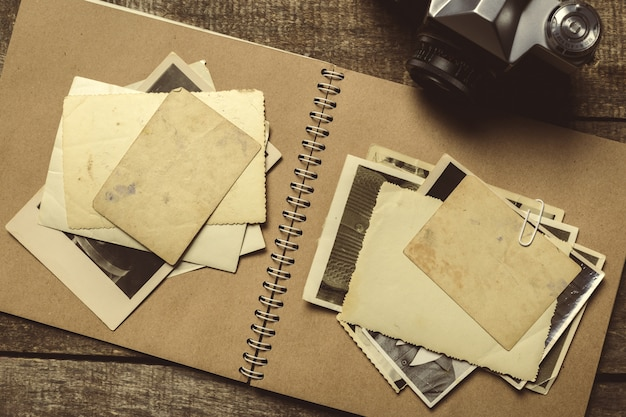 Vecchie foto sul tavolo di legno
