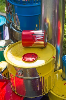 Vecchie lattine con macchie di vernice in diversi colori