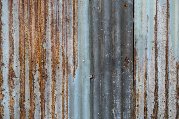 Vecchie mattonelle arrugginite del soffitto dell'onda dello zinco per costruzione
