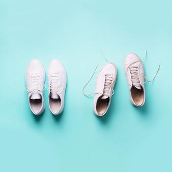 Vecchie scarpe da ginnastica sporche contro nuove scarpe da ginnastica bianche. calzature alla moda.