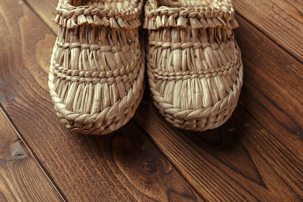 Vecchie scarpe da rafia