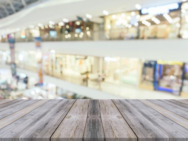 Vecchie schede con centro commerciale offuscata