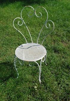 Vecchie sedie da giardino in estate