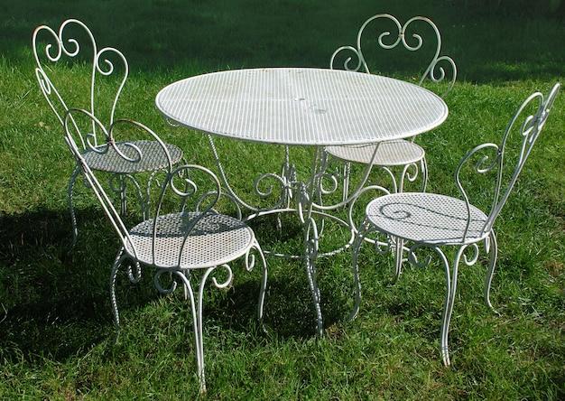 Vecchie tavola e sedie del giardino di estate