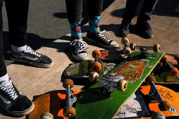 Vecchie tavole da skateboard graffiate. skateboard squallidi
