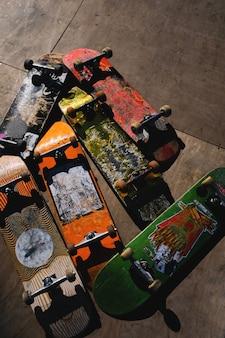 Vecchie tavole da skateboard graffiate.