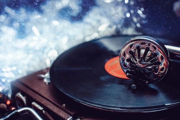 Vecchio ago del grammofono del giocatore del vinile sul primo piano del record