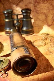 Vecchio binocolo e telescopio che si trovano sulla mappa