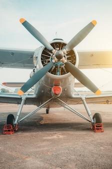 Vecchio biplano, aereo a turboelica nel parcheggio.