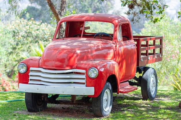 Vecchio camion carico in azienda