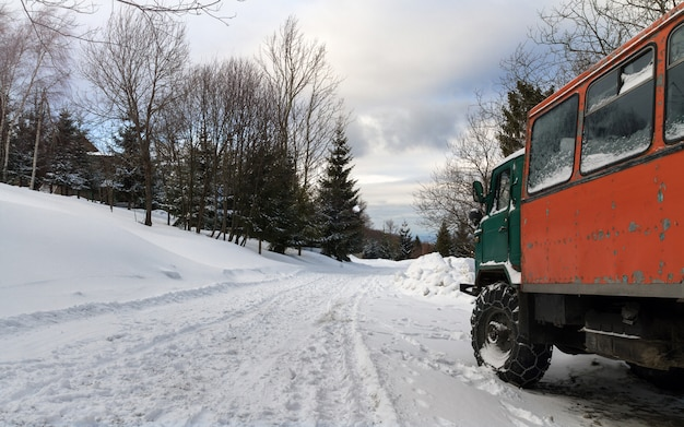 Vecchio camion grungy sulla strada innevata