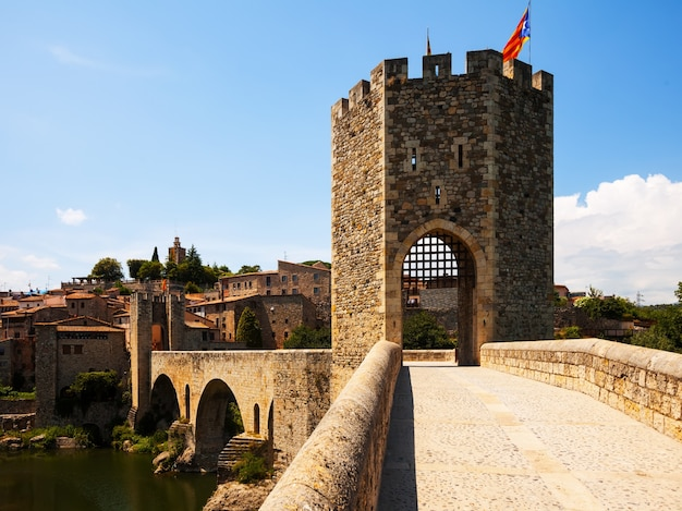 Vecchio cancello nella città medievale. besalu