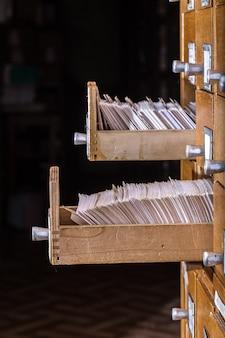 Vecchio catalogo di carte di legno nella biblioteca dell'archivio
