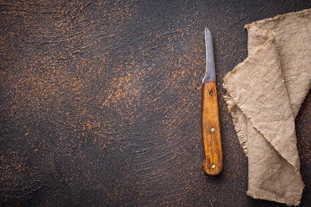 Vecchio coltello d'epoca su sfondo arrugginito